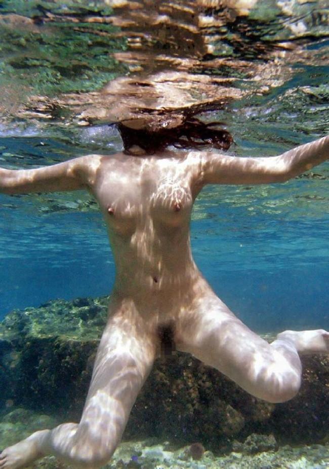 【ヌード画像】水中ヌードが超エロい!浮力で上向くおっぱいや,水でのバックヌードは死ぬほどエロい!(50枚) 45