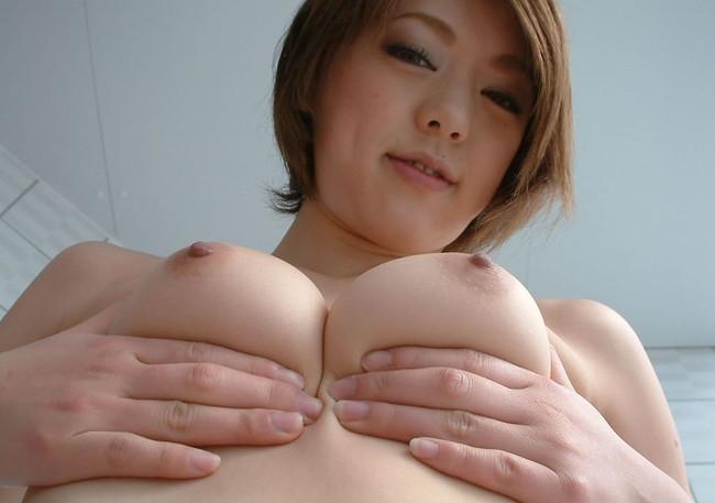 【ヌード画像】自分でおっぱい揉みしだいている女性って誘いまくっててエロくないですか?そんな画像をご堪能ください(50枚) 43