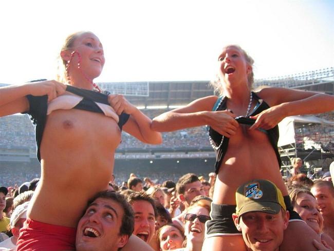 【ヌード画像】海外音楽フェスで極まって脱いじゃってる女の子の画像集!どさくさに紛れて揉めないですかねw(50枚) 24