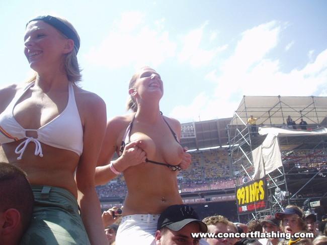 【ヌード画像】海外音楽フェスで極まって脱いじゃってる女の子の画像集!どさくさに紛れて揉めないですかねw(50枚) 29