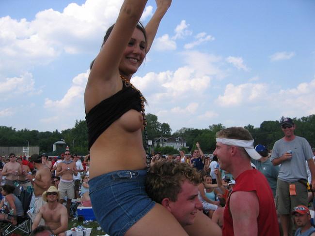 【ヌード画像】海外音楽フェスで極まって脱いじゃってる女の子の画像集!どさくさに紛れて揉めないですかねw(50枚) 40