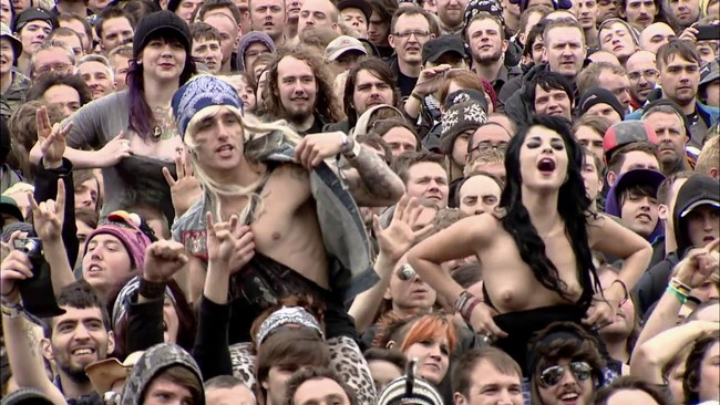 【ヌード画像】海外音楽フェスで極まって脱いじゃってる女の子の画像集!どさくさに紛れて揉めないですかねw(50枚) 47