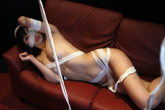 【ヌード画像】包帯巻いてるヌード画像って得も言われぬエロさがあるよね!どう見てもケガ関係なく包帯巻いてるエロ画像集(50枚) 46