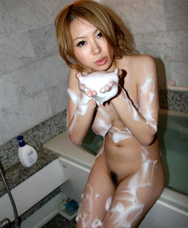 【ヌード画像】お風呂で泡だらけのヌード画像ってヌルヌルで最高にエロいぃ!手が触ろうと自然に伸びてしまう泡泡エロ画像集(50枚) 08