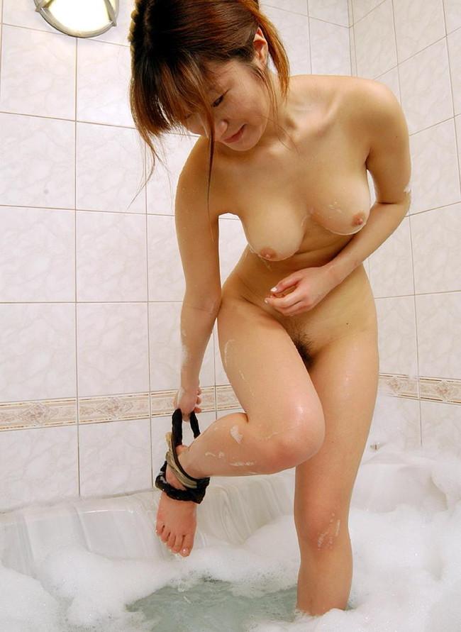 【ヌード画像】お風呂で泡だらけのヌード画像ってヌルヌルで最高にエロいぃ!手が触ろうと自然に伸びてしまう泡泡エロ画像集(50枚) 32