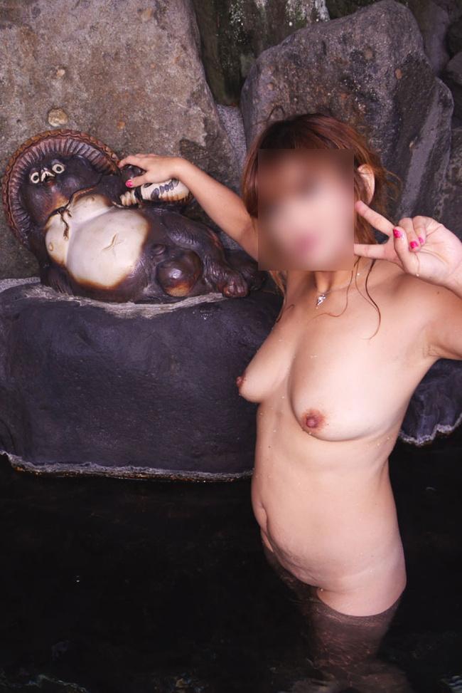 【ヌード画像】混浴露天風呂でタオルすら巻かない露出狂の素人画像(30枚) 04