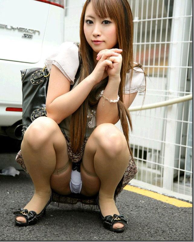 【ヌード画像】野外で中腰に座ってパンツを見せてくれてる画像(30枚) 02