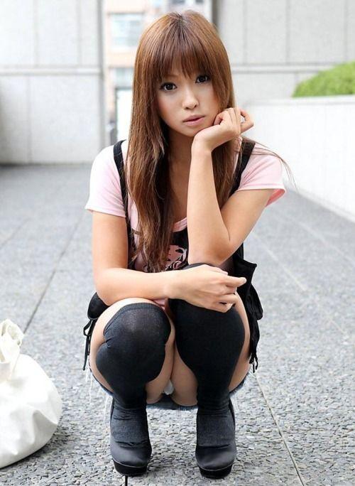 【ヌード画像】野外で中腰に座ってパンツを見せてくれてる画像(30枚) 09