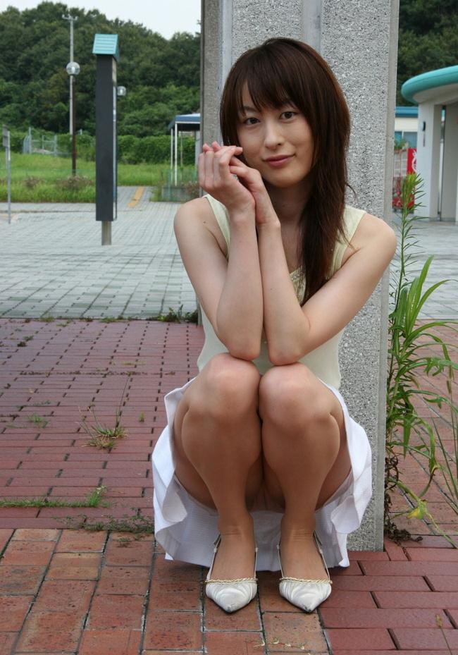 【ヌード画像】スカートで座って膝を上げるとパンモロする(31枚) 17
