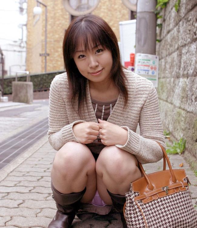【ヌード画像】スカートで座って膝を上げるとパンモロする(31枚) 24