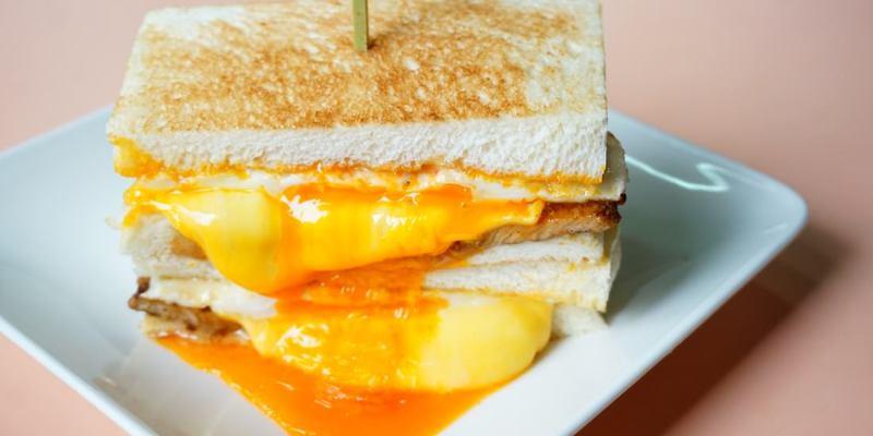 """【台北中山早午餐】可蜜達炭烤吐司    半熟蛋碳烤三明治""""高大鮮奶茶"""