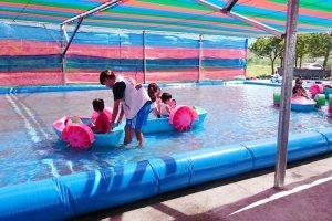 [屏東墾丁好去處]童趣親子歡樂園區。小孩開船不是夢,挖土機、超跑、重機