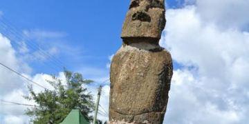 智利復活島。Plaza Hotumatua。海邊廣場的巨人石像~想些甚麼呢