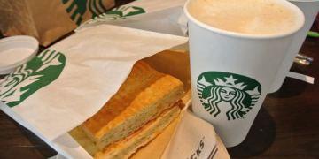 《南美》智利。聖地牙哥機場。Starbucks。轉機休息好去處~乾杯囉!!!