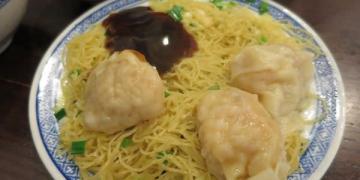 香港。半山手扶梯。沾仔記。米其林評審應該有嘗過他的特製辣椒油! 絕妙好搭麵