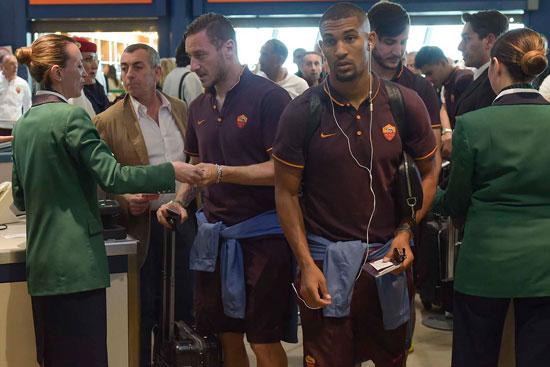بالصور..  فريق روما يغادر إيطاليا لمواجهة الأهلي فى حضور صلاح وتوتى 52016181605930%D9%81%D8%B1%D9%8A%D9%82-%D8%B1%D9%88%D9%85%D8%A7--%284%29