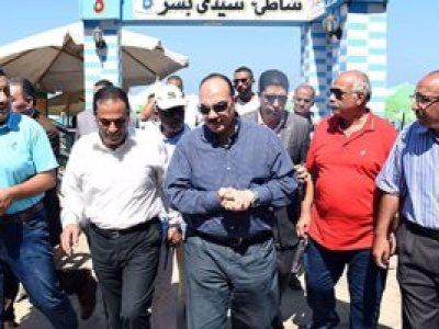بالفيديو والصور ..محافظ الإسكندرية يغرم شاطئ سيدى بشر 10 آلاف جنيه