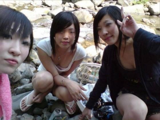 【ハプニングおっぱい画像】夏は油断の季節です。おっぱい見えてますよ~!!