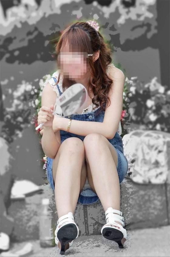 【パンチラエロ画像】女の子達がミニスカートの時に座っていると起こってしまうハプニング画像を集めてみました 11