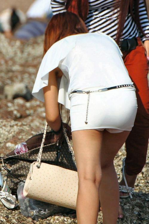 【パンチラ画像】街中でミニスカート歩いている女の子が前屈みになった結果w 10