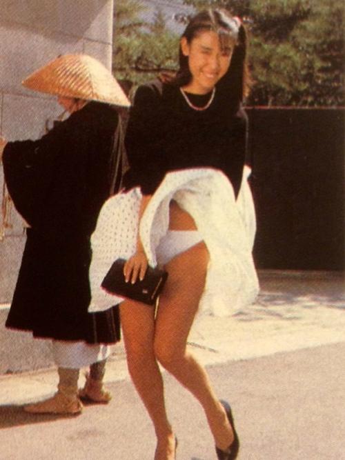 【パンチラ画像】短いスカートの女の子ども!風神様のお通りじゃあ~wwパンチラじゃあ~ww 01