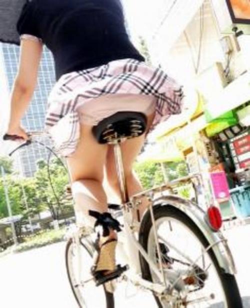 【パンチラ画像】短いスカートの女の子ども!風神様のお通りじゃあ~wwパンチラじゃあ~ww 14