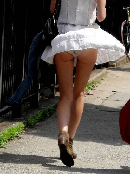 【パンチラ画像】スタイルバツグンの女の子たちのパンチラハプニング画像を集めてみましたww 16