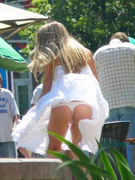 【ハプニング画像】風で煽られたスカート、前抑えてもお尻丸見えだよww 06