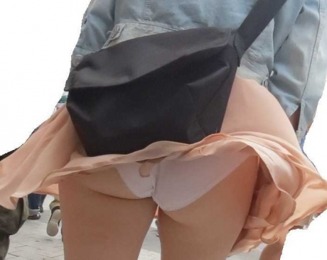 【ハプニング画像】透明人間でもいるのか!と思うくらい綺麗にスカートめくってくれる風の悪戯ww 11
