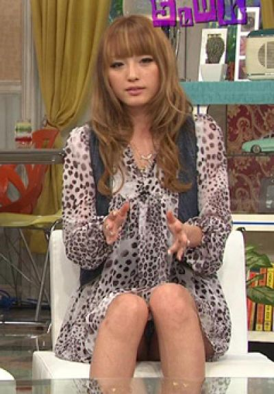 【放送事故画像】お姉ちゃんパンツ見えてる~wテレビにはっきり映ったパンチラ画像! 11