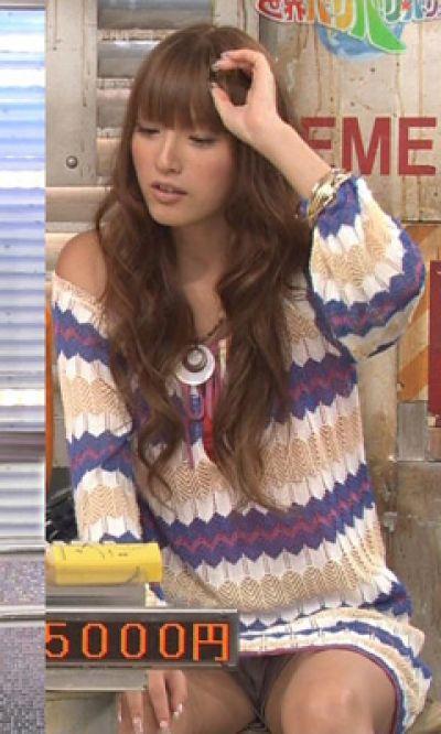【放送事故画像】お姉ちゃんパンツ見えてる~wテレビにはっきり映ったパンチラ画像! 12