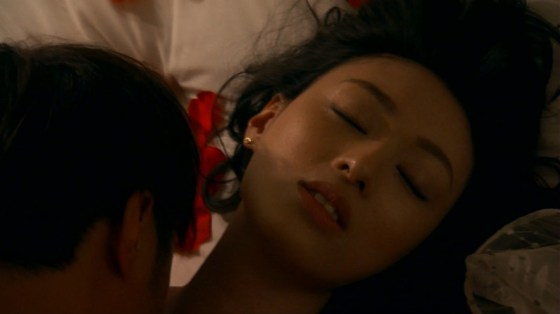 【濡れ場キャプ画像】女優が演じるベッドシーンが乳首丸出しで喘いでてヤバスwwww 09