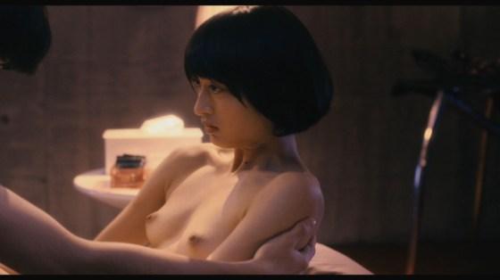 【濡れ場キャプ画像】女優が演じるベッドシーンが乳首丸出しで喘いでてヤバスwwww 23