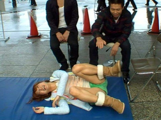 【放送事故画像】テレビでお股クパーしてマンコ注意な女性芸能人達wwww 13