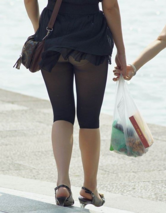 【パンチラハプニング画像】夏の軽いスカートはめくれやすく風ちらが見放題だぜww 14