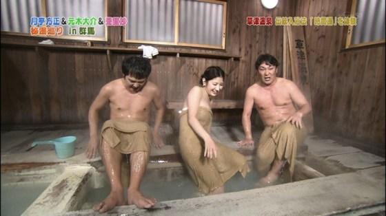【温泉キャプ画像】バスタオル一枚でテレビに出るとやはり危険は多いのか?ww 21