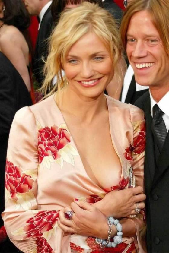 【ポロリ画像】海外の有名人達は乳首くら見えてても動じないww 04
