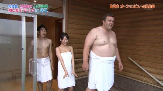 【温泉キャプ画像】温泉レポでバスタオルからはみ出す乳房がエロくてたまらんwww 11