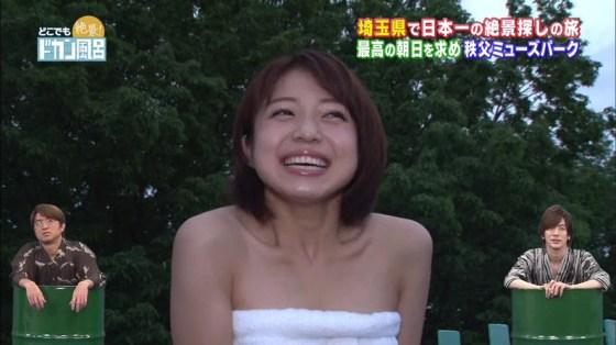 【温泉キャプ画像】温泉レポでバスタオルからはみ出す乳房がエロくてたまらんwww 21