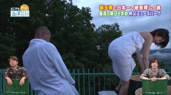 【温泉キャプ画像】温泉レポでバスタオルからはみ出す乳房がエロくてたまらんwww 23