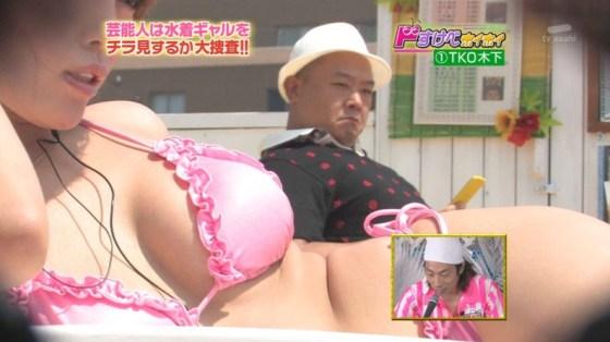 【水着キャプ画像】ビキニからオッパイはみ出しまくりの美女達がテレビに映ってるぞww 03