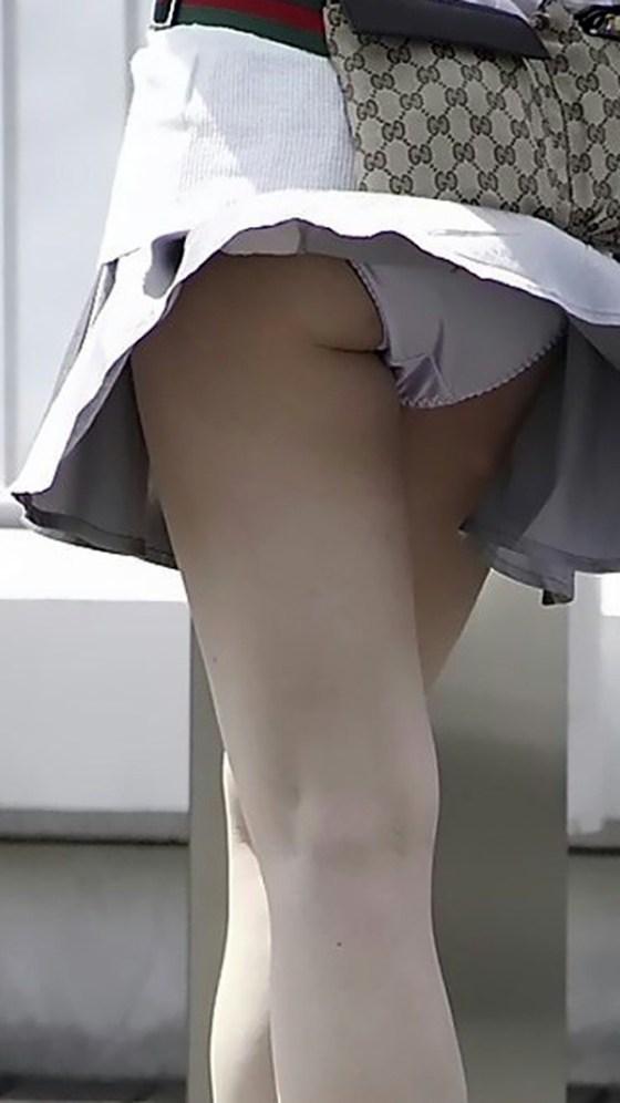 【ハプニングパンチラ画像】一瞬の出来事に興奮してしまう!素人のスカートが風に煽られて見えたパンツww 19