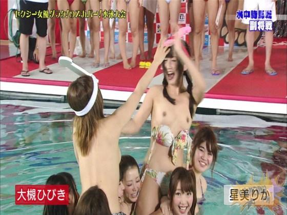 【お宝エロ画像】女優だらけのスカパー水泳大会!乳首映りまくりでもはや笑うしかないww(水中騎馬戦編) 44