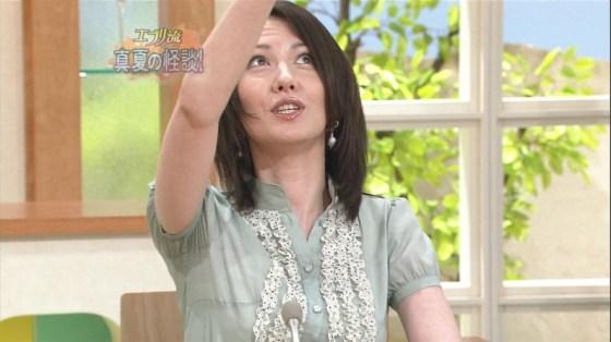 【脇汗キャプ画像】こぉ暑いと、大量に脇汗かいちゃいますもんねwテレビに汗染みがばっちり映っちゃってますww 23