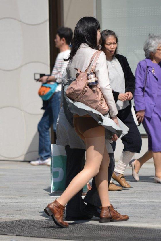 【ハプニングパンチラ画像】突然の突風により思いっきりスカートめくれちゃった素人さんww 23