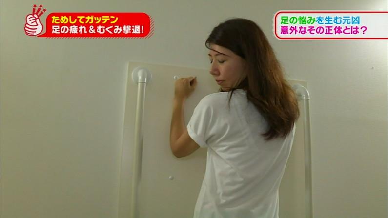 【透けブラキャプ画像】薄いシャツ何か着てるとブラジャー透けちゃってモロに見えちゃってますよww 03
