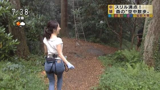 【お尻キャプ画像】ピタパンすぎてパンツラインまで浮き出ちゃってる女性タレント達のお尻がエロすぎww 16