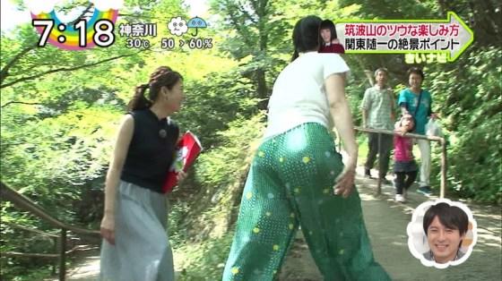 【お尻キャプ画像】ピタパンすぎてパンツラインまで浮き出ちゃってる女性タレント達のお尻がエロすぎww 23