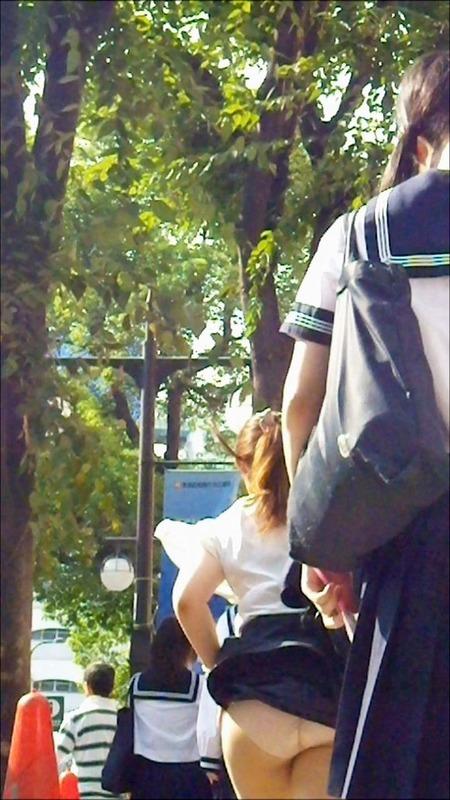 【パンチラハプニング画像】JKのスカートが風でめくれあがって大変な事になってるぞww 06