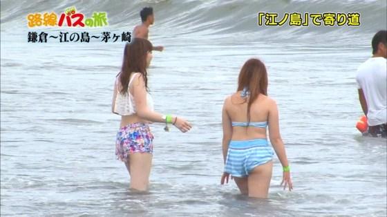 【お尻キャプ画像】テレビ見てたら水着美女のお尻が水着からハミ尻しまくってたww 05